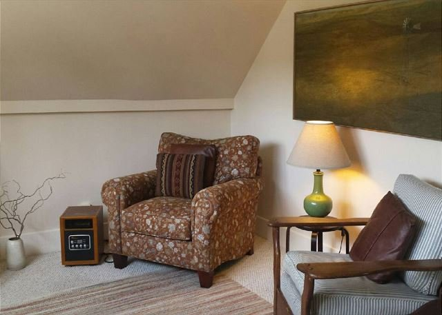 Welcome! Living Room - Downtown 1 Bdrm Loft in Arcata - Walk to Everything!  Nice Fenced Yard - Arcata - rentals