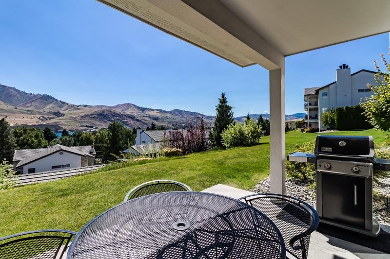 Perfect ground-floor condo near Lake Chelan w/ shared pool & hot tub - Image 1 - Chelan - rentals