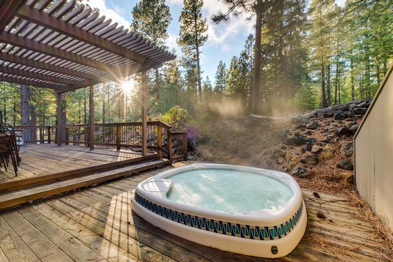 A private hot tub, a lovely deck, shared resort pools, and bikes for rent! - Image 1 - Black Butte Ranch - rentals