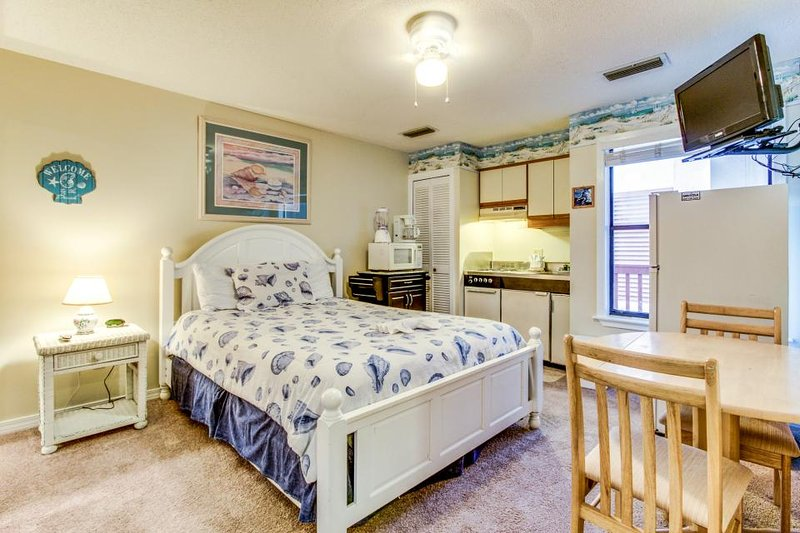 Cozy condo with access to a pool, tennis, and boat dock! - Image 1 - Panama City Beach - rentals