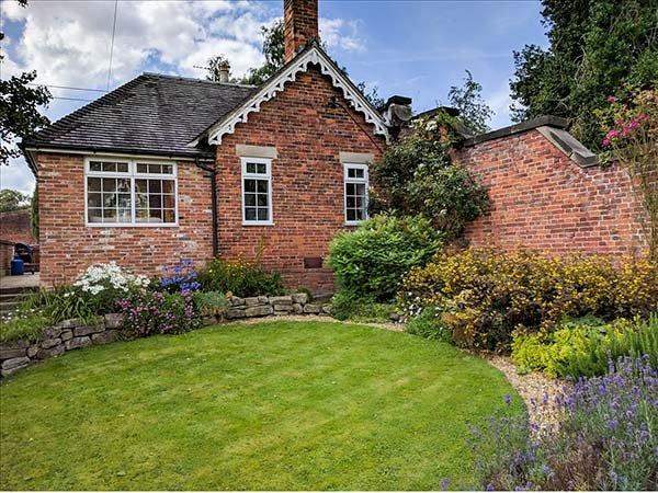 ORCHARD COTTAGE, woodburner, WiFi, hot tub, enclosed garden, in Calwich, Ref 6093 - Image 1 - Ellastone - rentals