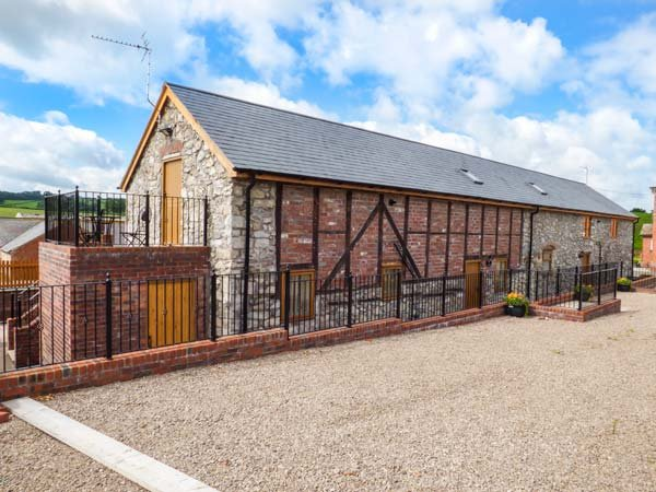 THE STABLES, luxury cottage, balcony off bedroom, private enclosed patio, Llanyblodwel, Oswestry, Ref 930246 - Image 1 - Oswestry - rentals