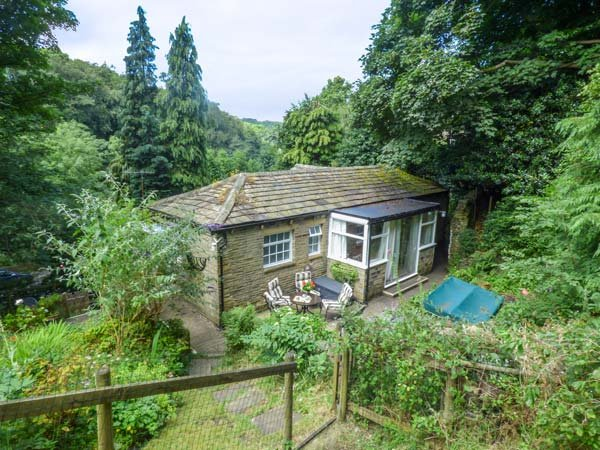THE COACH HOUSE, first floor character property, WiFi, off road parking, in Holmfirth, Ref 935565 - Image 1 - Holmfirth - rentals