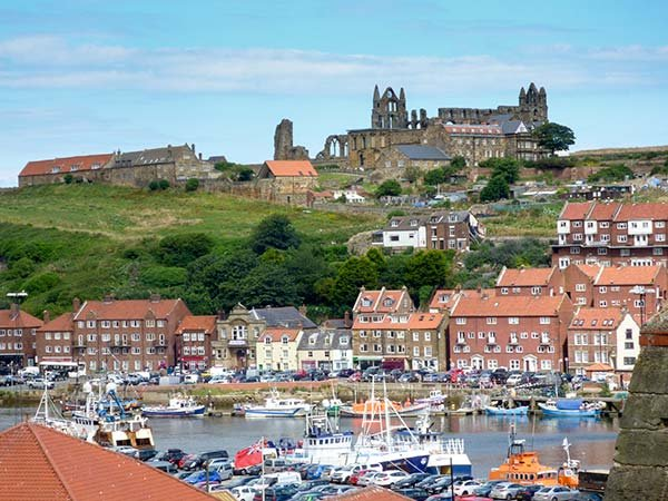 HIGH TIDE, duplex apartment with WiFi, close to beach, harbour and amenities, n Whitby, Ref 936656 - Image 1 - Whitby - rentals