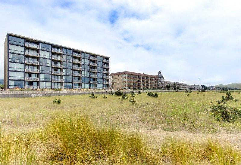 Mountain and ocean views, fireplace, shared pool/sauna! - Image 1 - Seaside - rentals
