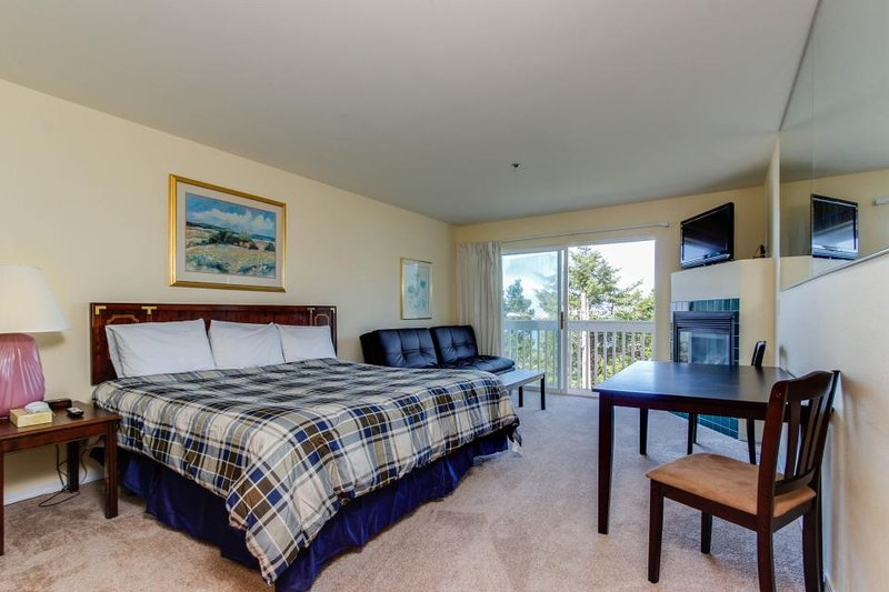 Dog-friendly studio with ocean views and a balcony - close to the beach! - Image 1 - Lincoln City - rentals