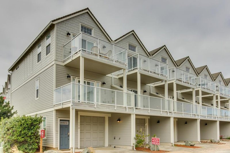 Two balconies, ocean & mountain views, steps from the beach! - Image 1 - Rockaway Beach - rentals