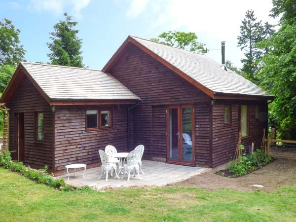 WOODPECKERS COTTAGE, romantic studio accommodation, WiFi, parking, woodburner, in Church Stretton, Ref 931018 - Image 1 - Church Stretton - rentals
