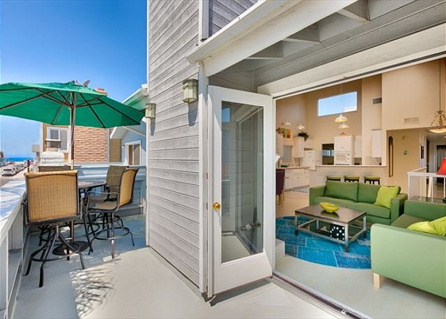 Front upstairs patio with view of the beach, looking into the living room. - 25% OFF OPEN SEPT DATES - Large Family House, Rare Parking for 5 Cars and AC! - Newport Beach - rentals