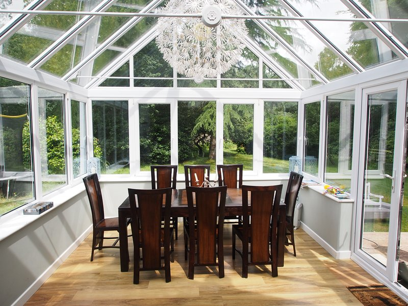 Conservatory with a dining table - 5-bedroom holiday home in New Forest near sea - Lymington - rentals