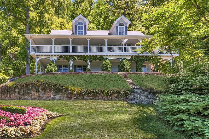 Carolina Mountain Dream in the heart of Maggie Valley.  Multi-level family home - FAMILY HOME WITH AWESOME VIEWS - 2 MI TO SKIING - Maggie Valley - rentals