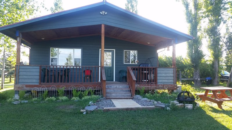 Fire pit to enjoy roasting marshmallows and star gazing   - Mountain View, Spacious country cottage,  sleeps 6 - Kalispell - rentals