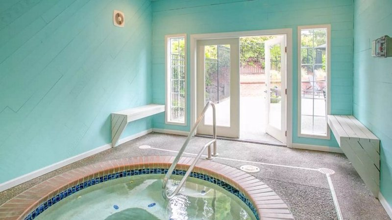Beautiful 2 Bedroom Apartment With Sleek Kitchen - Bellevue - Image 1 - Bellevue - rentals