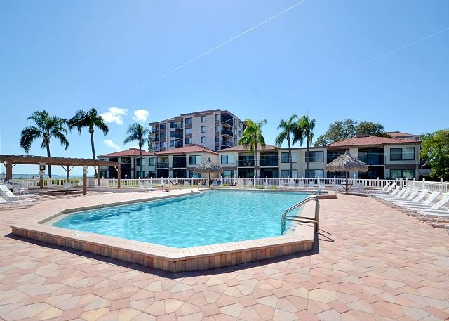 Palma D Pool area - Palma Del Mar 405 Isla Del Sol Beautifully Updated Bay View with New Kitchen! - Saint Petersburg - rentals