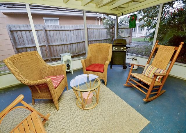 Screened in Porch - Birds of Paradise Bungalow -Cozy Home in the Heart of Gulfport! Pet Friendly! - Gulfport - rentals