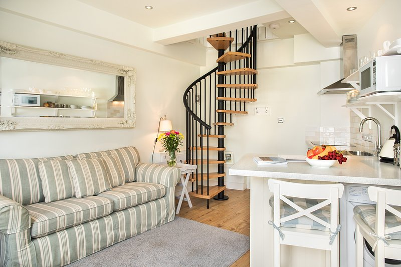 Cosy, open plan sitting room and kitchen with complimentary wifi, TV/DVD/radio, DVD library. - The Boathouse in the Heart of Looe, just 3 minutes from beach and coastal path! - Looe - rentals