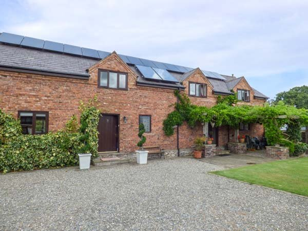 HOME FARM, detached country house, pet-friendly, hot tub, woodburner, en-suites, St Asaph, Ref 924335 - Image 1 - Saint Asaph - rentals
