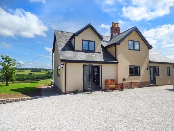 CAEAU MAWR, luxury detached cottage, WiFi, country views, hot tub, in Denbigh, Ref 933366 - Image 1 - Denbigh - rentals