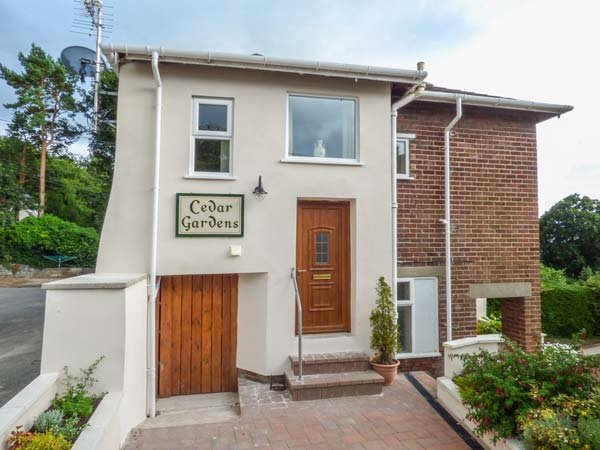 CEDAR GARDENS, detached cottage in spacious grounds, parking, garden room, Ruthin, Ref 938988 - Image 1 - Ruthin - rentals