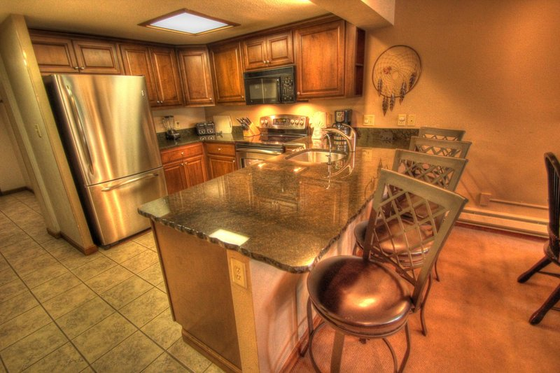 """SkyRun Property - """"CM336 and CM331 Copper Mtn Inn"""" - Kitchen - Additional seating for 4 people at the breakfast bar. - CM336 and CM331 Copper Mtn Inn - Copper Mountain - rentals"""
