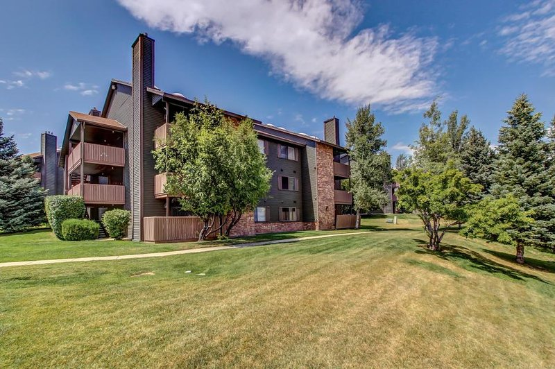Mountain lodge with private balcony plus access to shared hot tub & pool! - Image 1 - Park City - rentals