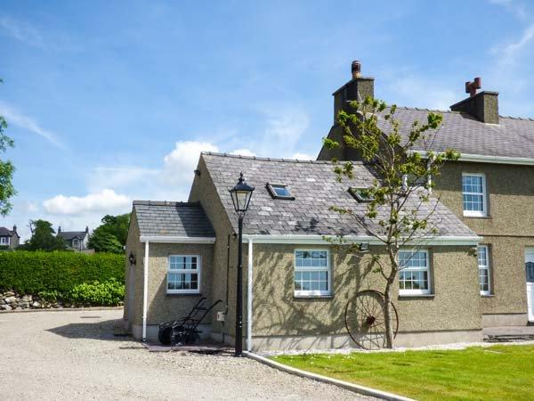 GARREG WEN ISAF BACH, romantic retreat, pet-friendly with WiFi, Penygroes, near Caernarfon, Ref 925687 - Image 1 - Caernarfon - rentals