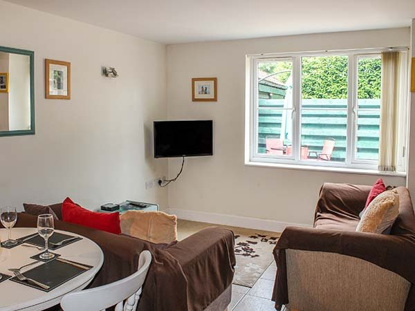 HOLLYTREE COTTAGE, detached, WiFi, pet-friendly, patio, nr Attleborough, Ref 941834 - Image 1 - Attleborough - rentals