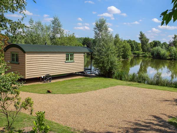 SILVER DOLLAR, cosy romantic retreat, woodburner, next to fishing lake, hot tub, Saham Toney, Ref 932001 - Image 1 - Saham Toney - rentals
