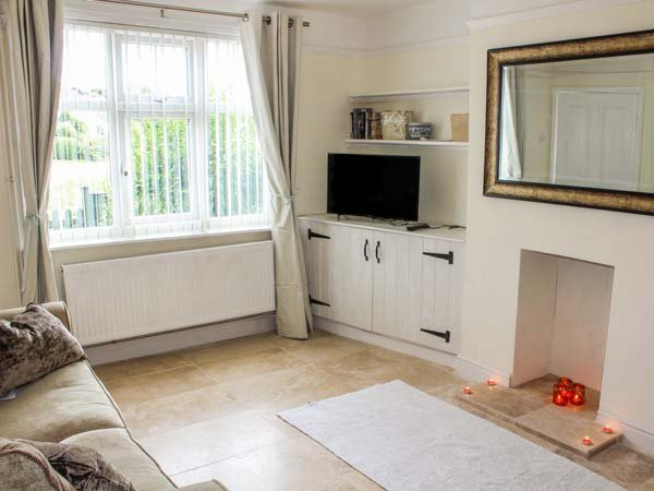 BECK VIEW COTTAGE, semi-detached, pet-friendly, private enclosed patio, WiFi, in Sheringham, Ref 934383 - Image 1 - Sheringham - rentals
