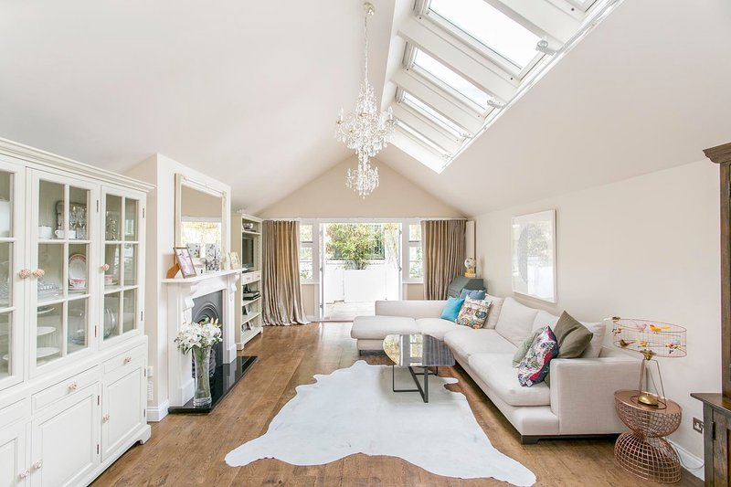 Gorgeous 3 bedroom town house minutes from Camden Town Tube station and Regent's Park. - Image 1 - London - rentals