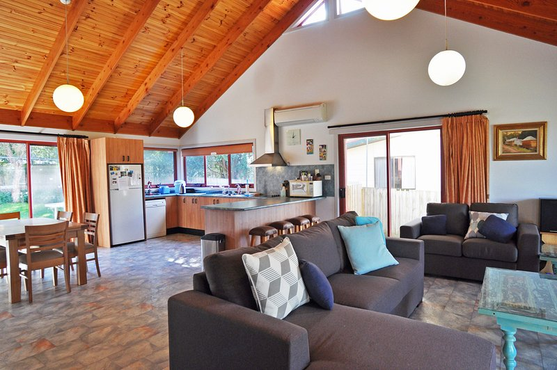 BEILBY BEACH COTTAGE - PET FRIENDLY, FREE WIFI & FOXTEL INCLUDED! - Image 1 - Inverloch - rentals