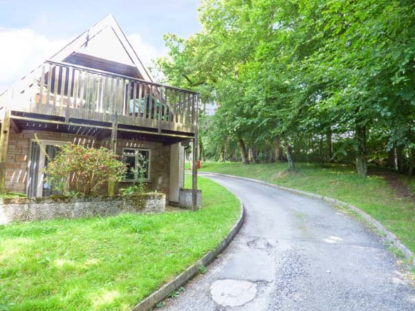 12 VALLEY LODGE, upside down lodge with WiFi, balcony, off road parking and on-site leisure facilities, Calstock, Ref 936687 - Image 1 - Calstock - rentals