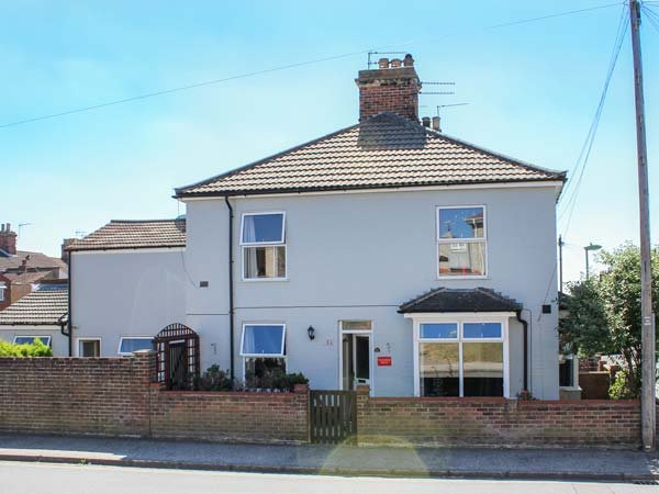 TELDARSAR HOUSE, close to centre, open fire, private garden, WiFi, parking permit, in Lowestoft, Ref 932142 - Image 1 - Lowestoft - rentals