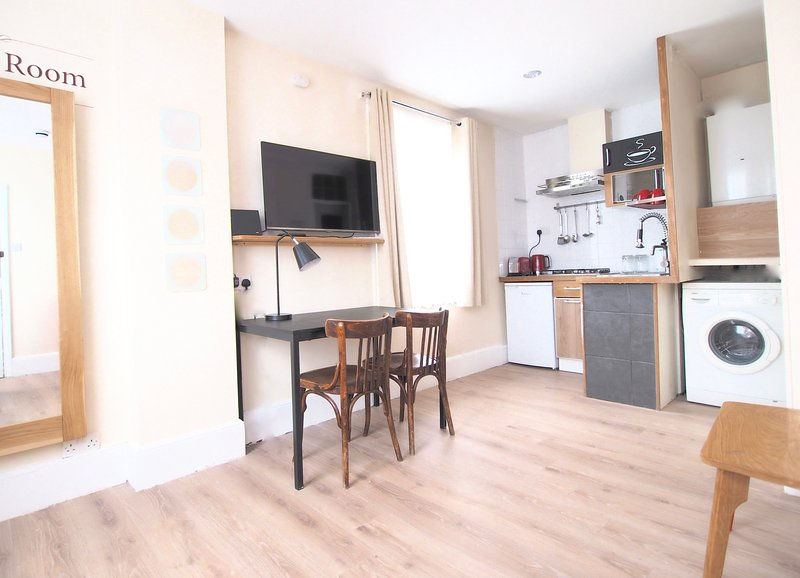 Best Value. East End Studio 1M with WC & kitchen - Image 1 - London - rentals