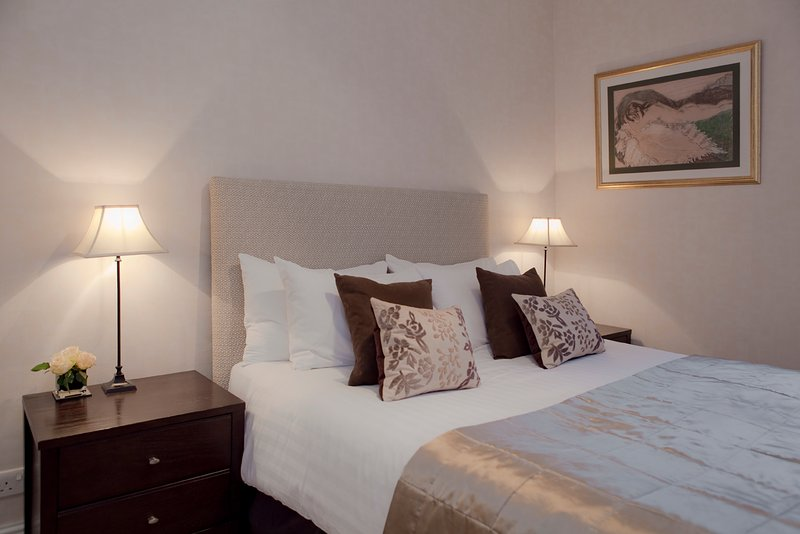 The lovely master bedroom - The Causewayside Apartment at The Southside - The Edinburgh Address - Edinburgh - rentals