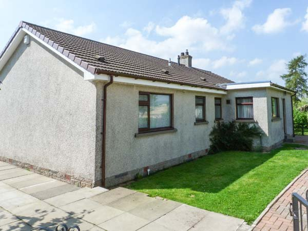 STRATHVIEW, pet-friendly, gas fire, great walking, close to Glamis Castle, Kirrimuir, Ref 927625 - Image 1 - Glamis - rentals