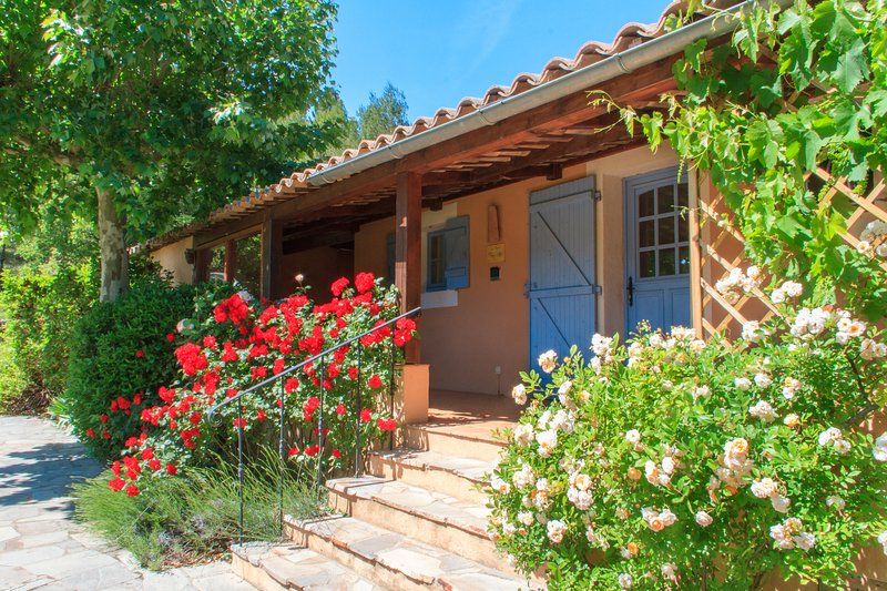 Sheltered terrace and entrance - Gite des Olives Pet-Friendly 2 Bedroom Rental with Hot Tub and Balcony - Brignoles - rentals