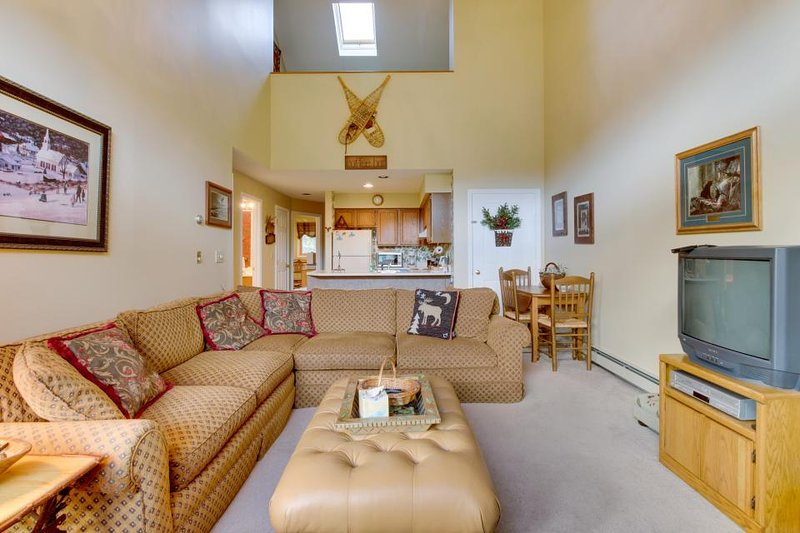 Ski condo near Pico Mountain w/ slope views, access to a shared pool! - Image 1 - Killington - rentals