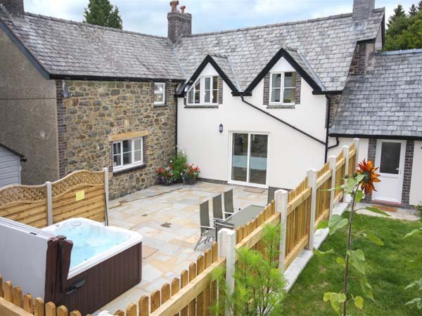 PARC COTTAGE, woodburners, pool table, rural location in forest, near Lake Vyrnwy in Llanwddyn, Ref 13526 - Image 1 - Llanwddyn - rentals