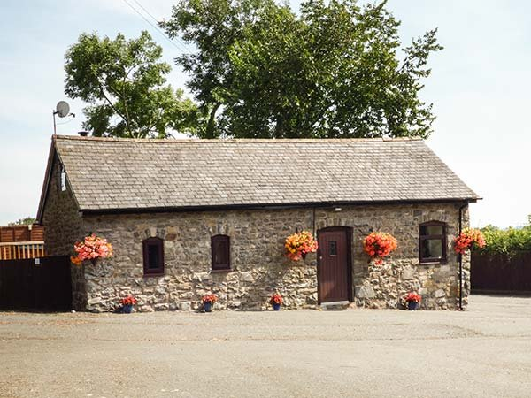 BWTHYN TY NEWYDD, all ground floor, countryside views, hot tub, Welshpool, Ref 931076 - Image 1 - Welshpool - rentals