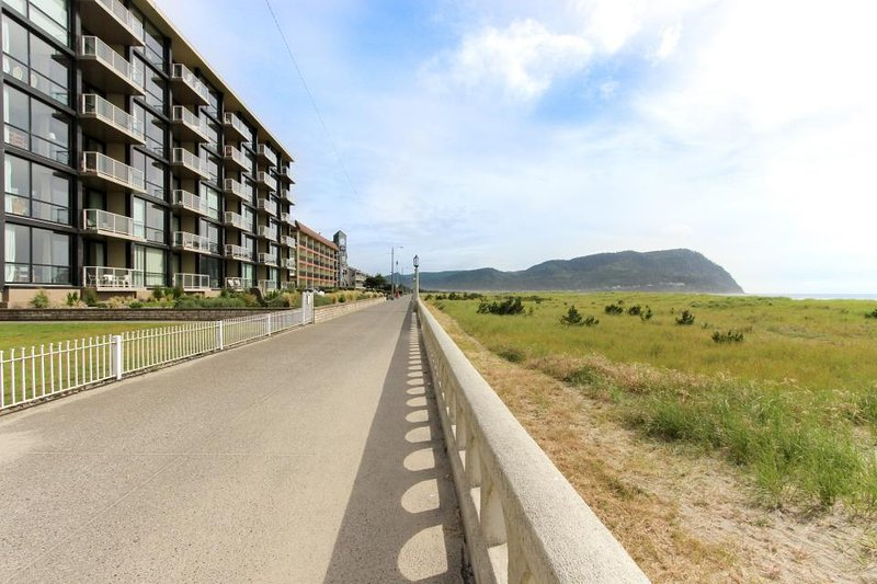 Bright fifth-floor condo with shared pool & beach access - Image 1 - Seaside - rentals