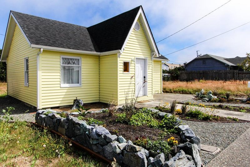 Bright and cozy dog-friendly cottage, close to activities! - Image 1 - Coos Bay - rentals