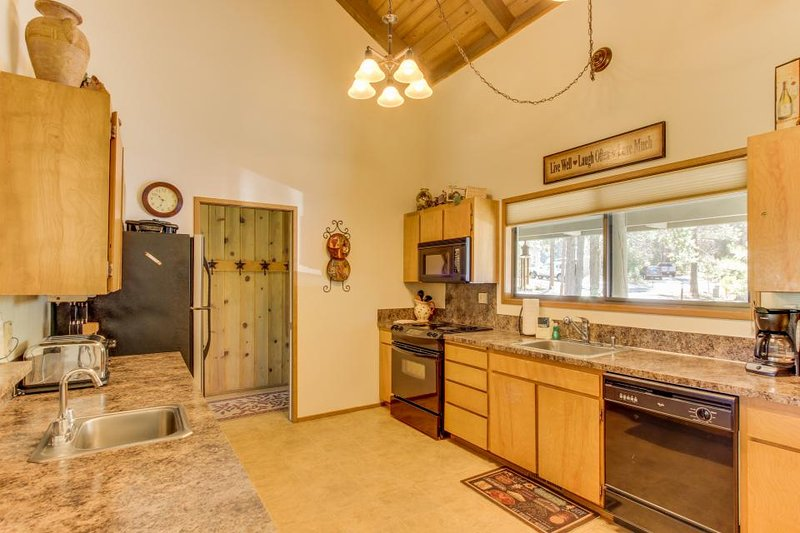 Lovely home w/ private hot tub & SHARC passes - great location! - Image 1 - Sunriver - rentals