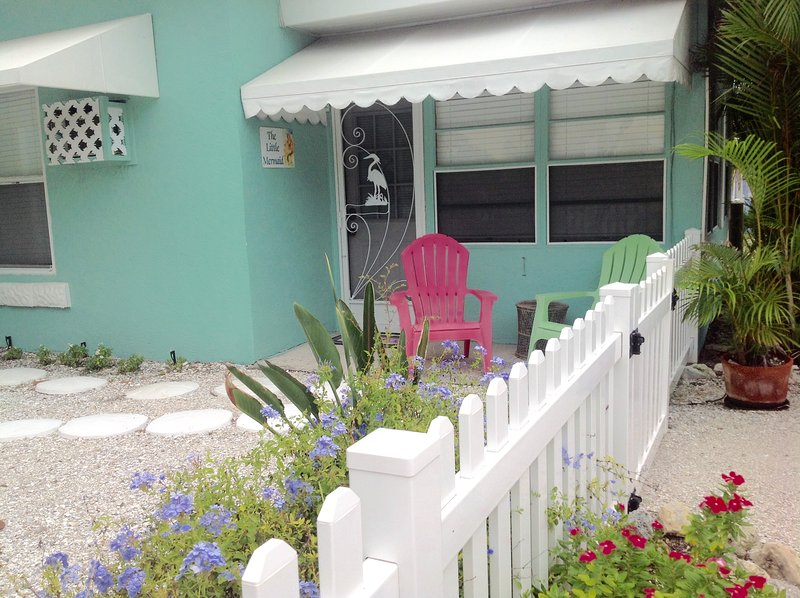 Our front door, landscaped and fenced yard. - The Little Mermaid On Beautiful Anna Maria Island! - Bradenton Beach - rentals