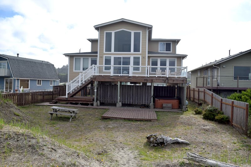 Moonstone House, 4 bedrooms upper and lower deck, private hot tub. - Beachfront 4 bedroom new home - Moclips - rentals