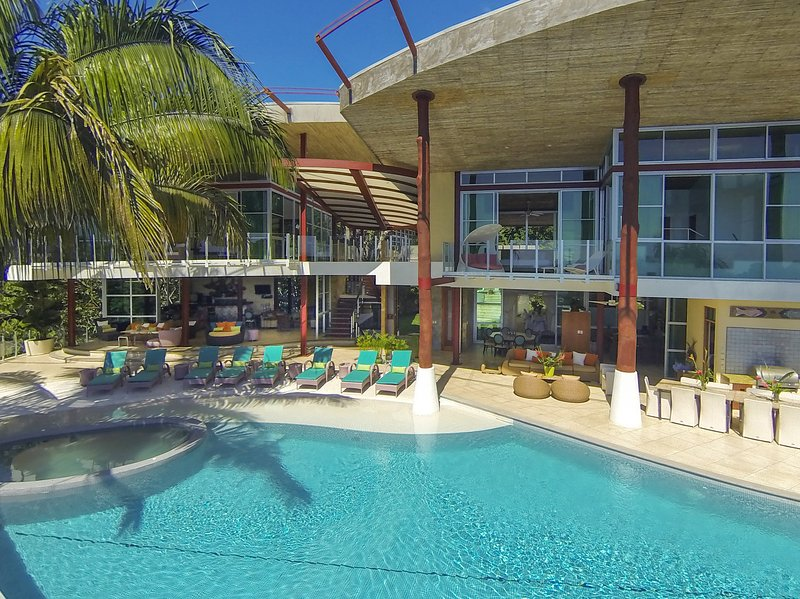 Large infinity pool with many lounge areas. - Casa Fantastica - Costa Rica's Best Villa Rental - Manuel Antonio National Park - rentals