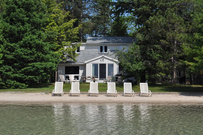 Weekly lakeside villa on sparkling Big Glen Lake! - Image 1 - Glen Arbor - rentals