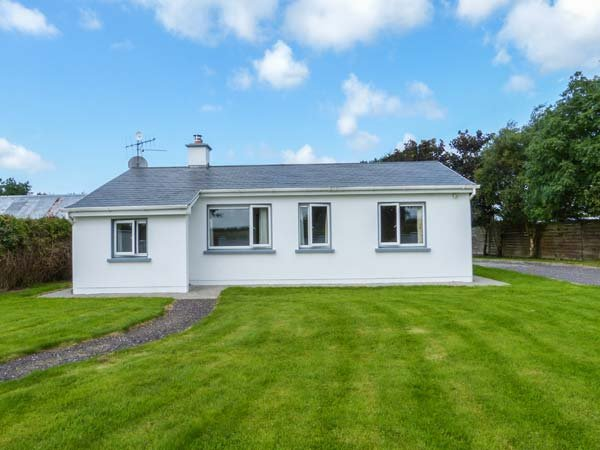 RYAN'S COTTAGE, single-storey cottage, oil stove, ample parking, Tralee, Ref 939931 - Image 1 - Tralee - rentals