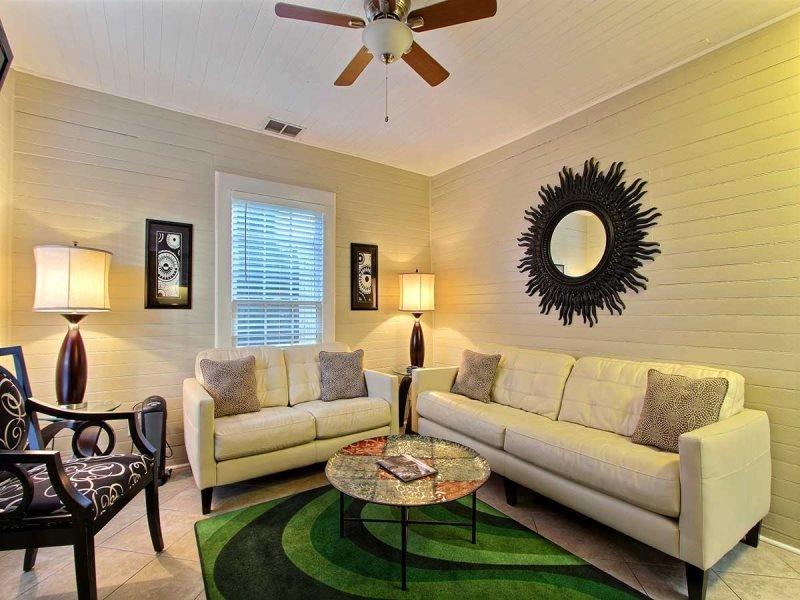 Sleeps 4, Cozy, Walk Everywhere, Great Courtyard & Porch - Image 1 - Savannah - rentals
