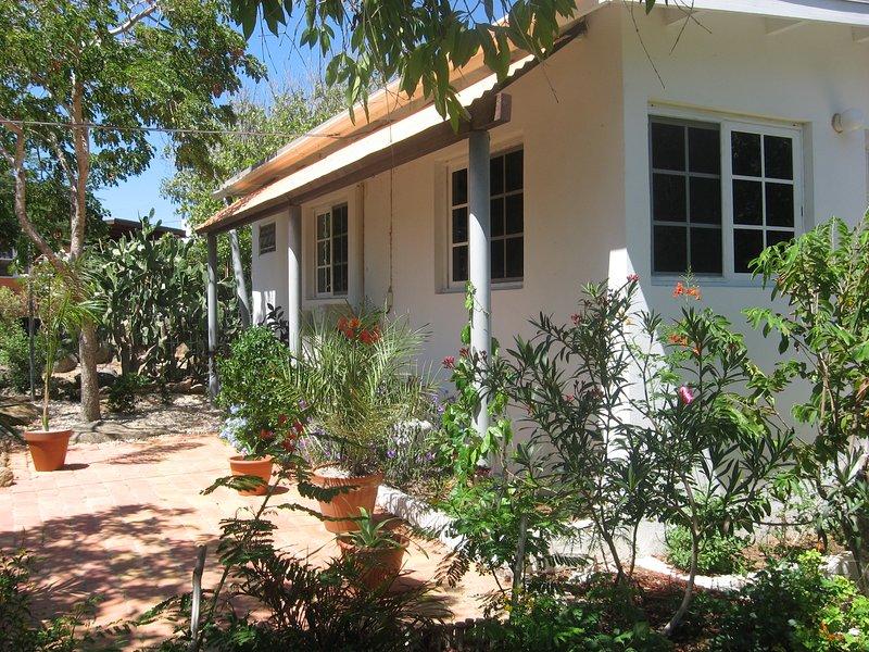 Quiet apartment in a big tropical garden with hummingbirds. - Beautiful apartment in big tropical garden - Oranjestad - rentals